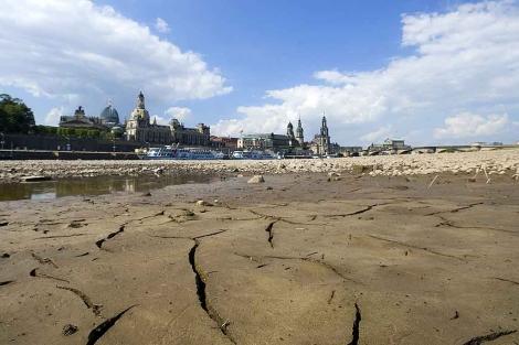 El cauce del río Elba a su paso por Dresde (Alemania) ha caído por la escasez de lluvia. | AFP