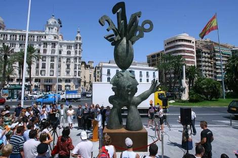 Recepción de la escultura de Ripollés en el puerto de Alicante. | Ernesto Caparrós