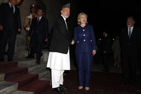 Hamid Karzai y Hillary Clinton, antes de iniciarse la conferencia. | Ap