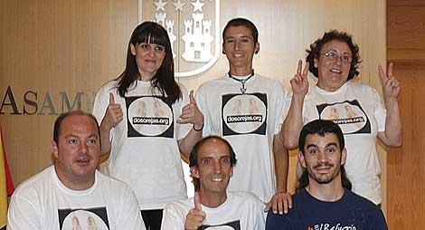 Activistas de El Refugio en la Asamblea. (Efe)