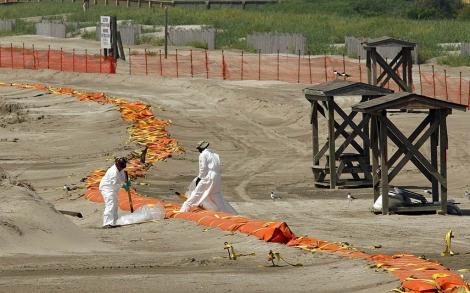 Labores de limpieza de una de las playas de la costa sur de EEUU.   Efe