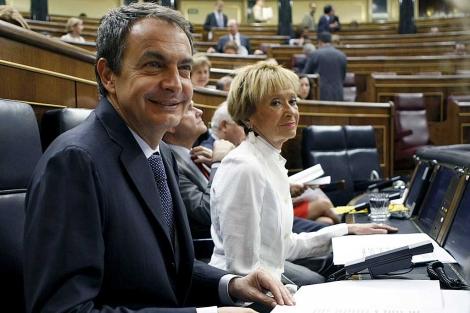 Zapatero y María Teresa Fernández de la Vega en el Congreso. | Efe