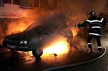 Un coche en llamas, en 2005. | Efe