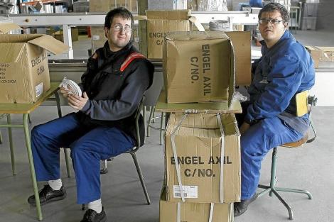 Discapacitados trabajando en una empresa| El Mundo