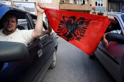 Celebración del fallo, este jueves en las calles de Pristina. | Efe