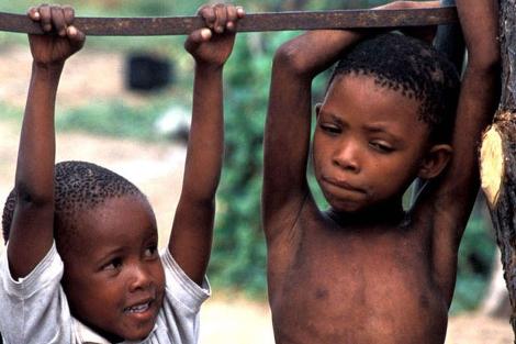Niños bosquimanos afectados pro la falta de agua. | Survival International