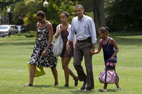 El matrimonio Obama con sus hijas, Malia (centro) y Sasha, en la Casa Blanca. | Efe