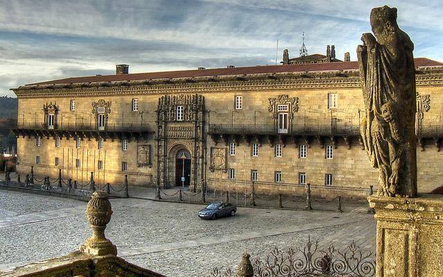 La fachada del Hostal es un conglomerado de conceptos sobre la salud y el peregrinaje.   P.P.Z.
