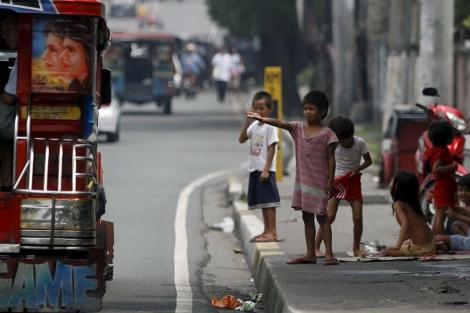 Niños pidiendo en las calles de Manila   EFE