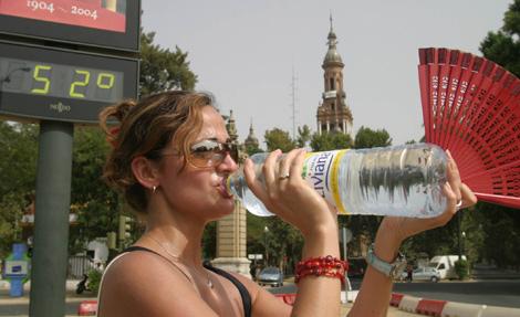 Una turista se refresca en Sevilla el pasado fin de semana.   Fernando Ruso