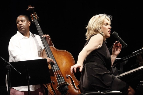 Un momento de la actuación de Diana Krall en su concierto en Madrid.   Óscar Monzón