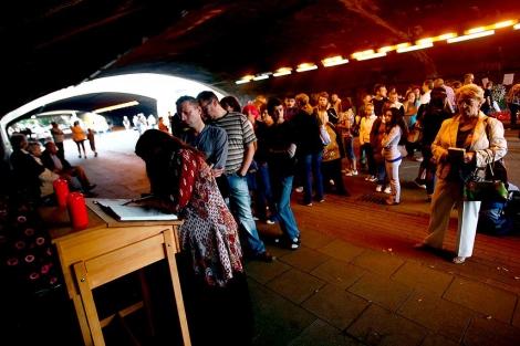 Cola para firmar en el libro de condolencias en el túnel donde ocurrió la tragedia. | Efe