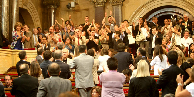Los detractores de la fiesta aplauden tras la votación.| Quique García