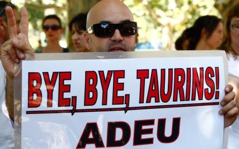 Un detractor de la fiesta celebra la prohibición.| Reuters