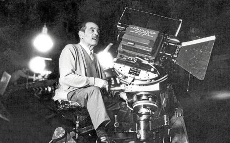 Buñuel, subido a una cámara grúa. | Efe