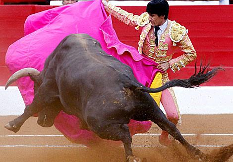 El diestro Francisco Marco, con el capote en la plaza de toros de Santander. | Efe