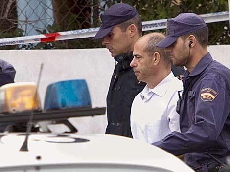 Torres Baena, principal imputado, junto a la Policía en el registro. | Efe