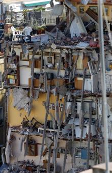 Edificio partido por el derrumbe.| J. M. B.