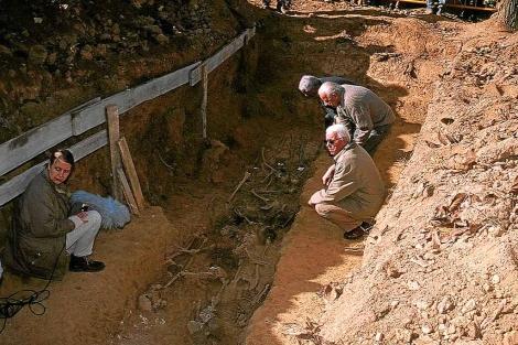 Imagen de la exhumación de la fosa de Priaranza, en la que reposaban 13 cadáveres desde 1936. | Fotos: ARMH