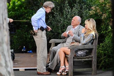 Woody Allen da instrucciones a los actores durante el rodaje de la película. | I.West