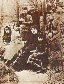 Con sus hijos y marido.   Cervantesvirtual