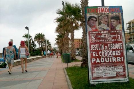 El cartel anunciando la corrida del próximo domingo, en el paseo marítimo de Torremolinos. | S.T.