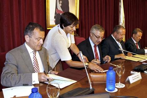 Hernández, Blanco y López Orozco, en la firma del protocolo.   Efe