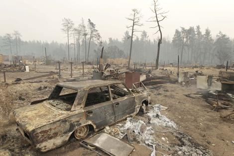 Un coche calcinado por las llamas en Mokhovoye, en la parte europea de Rusia. | Efe