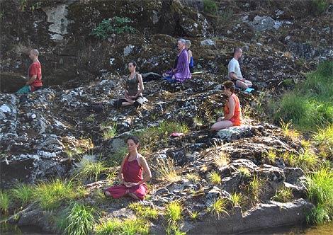 Sesión de 'zazen' en un río cerca del templo del despertar. (R. Bécares)