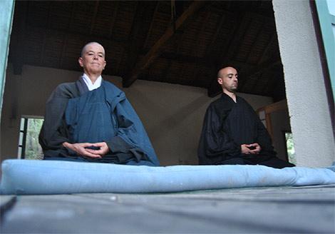 Cristina y Daniel practican zazen en el Dojo. (R.B.)