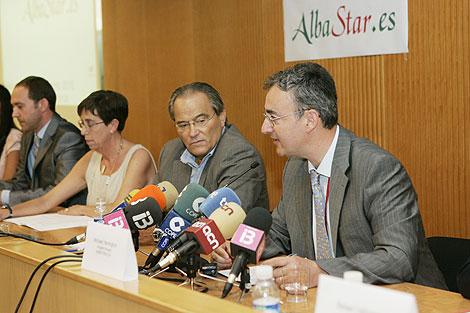 La consellera Joana Barceló con los propietarios de Alba Star | Jordi Avellà