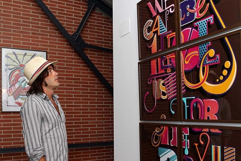 Uno de los autores viendo una obra.   Imagen cedida por 'Loft is in the air'