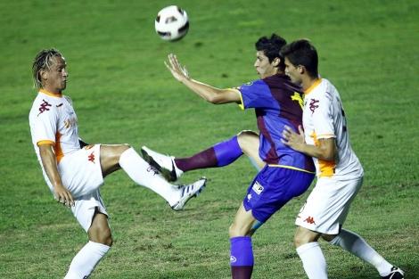 Rafa Jordá pugna con dos defensores italianos | Vicent Bosch