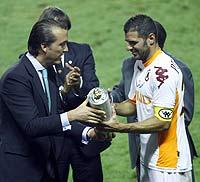 Quico Catalán entrega el trofeo al capitán de la Roma Perrotta | V. Bosch
