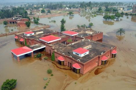 Edificios rodeados por el agua en la localidad paquistaní de Lal Pir. | Afp