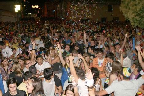 Multitud de personas celebran la Nochevieja de verano. | G.M. Pisabarro