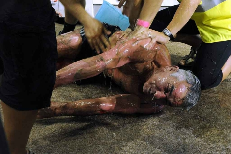 El fallecido, Vladimir Ladyschenski, es sacado de la sauna tras su colapso. | AP