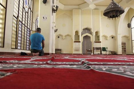 Un musulmán reza en la Mezquita de Tetuán, Madrid. | Efe / J.J. Guillén