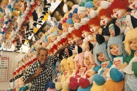 Manolo Fernández junto a decenas de muñecas Chochona. | ELMUNDO.es