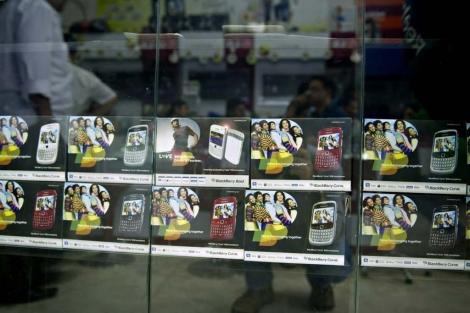 Varias BlackBerry en una tienda de Nueva Delhi. | Afp