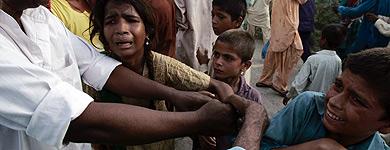 Ciudadanos paquistaníes luchan por conseguir alimentos. | Ap