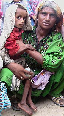 Familia rescatada de la provincia de Balochistan. | Efe