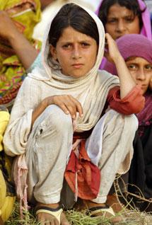 Una niña en un campamento de desplazados. | Afp
