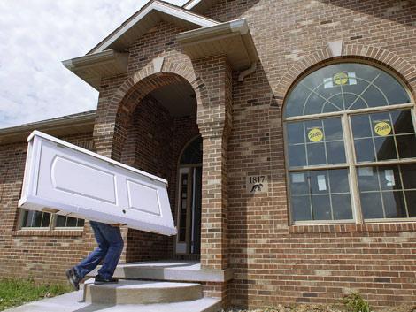 La gran cantidad de pisos en el mercado frena la construcción de pisos nuevos. | Reuters
