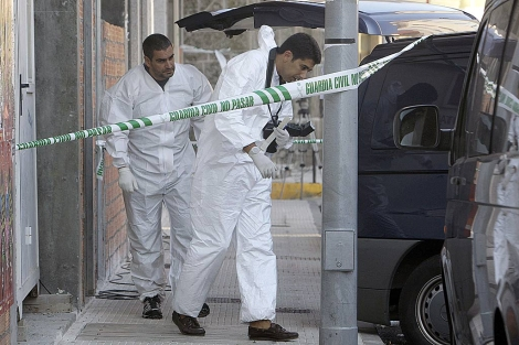 Agentes de la Guardia Civil toman huellas para la investigación de los hechos. | Efe