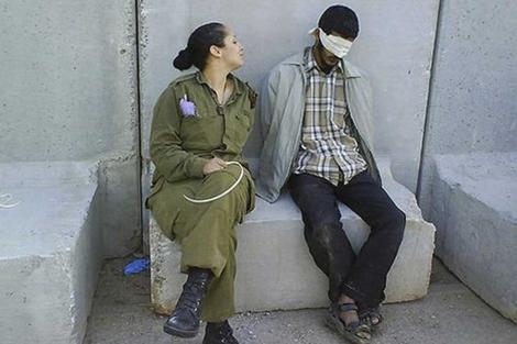Una de las fotografías publicadas en Facebook por la soldado israelí. | AP