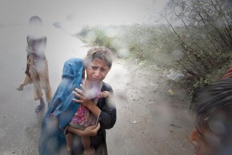 Niños afectados por la inundaciones en la zona de Punjab. | Reuters