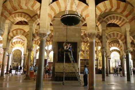 Operarios instalan la iluminación de la catedral. | Madero Cubero.