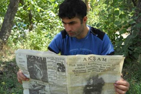 Huseyin Ertunc posa con el ejemplar hallado en la cueva.| Mehmet Dayan