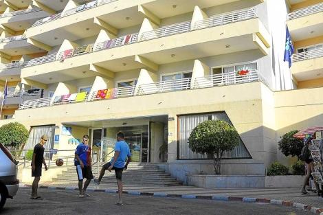 Hotel de Mallorca desde el que se precipitó un inglés hace días.   A. Vera